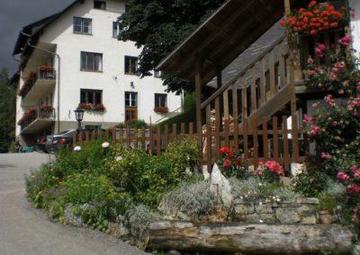 Brunnen vor dem Haus Urlaub am Bauernhof Grabenhofer