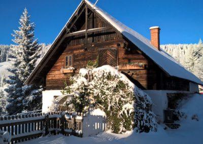 Kaminzauberhütte mit Schnee bedeckt